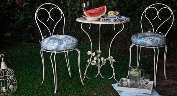Muebles y objetos en hierro para decorar el jard n en for Sillas de jardin de hierro